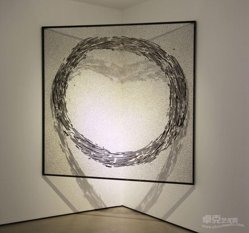 《碳化的线—1》  不锈钢丝、木炭,180x180x2cm, 2017