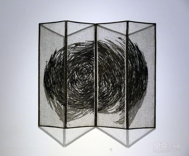 《碳化的线—7》  不锈钢丝、木炭,216x175x2cm, 2017