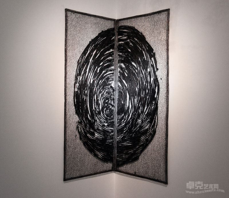 《碳化的线—8》 不锈钢丝、木炭,177x146x3cm , 2017